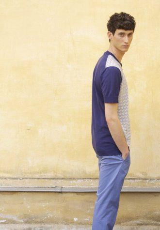 pánské modré triko se vzorem a modré kalhoty Ehud