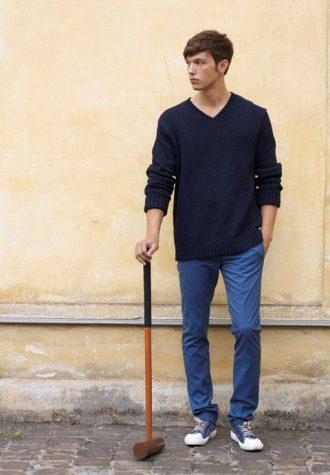 pánský tmavě modrý svetr a modré kalhoty Ehud