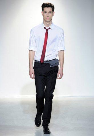 pánská bílá košile a červená úzká kravata Ehud