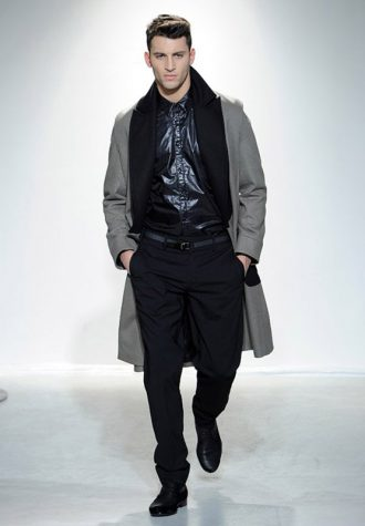 pánská černá lesklá košile a dlouhý šedý kabát s černým límcem Ehud