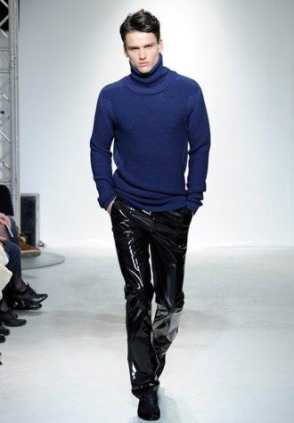 pánské černé lesklé kalhoty a pánský tmavě modrý rolák Ehud