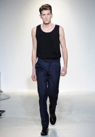 pánské elegantní tmavě modré kalhoty s černým tílkem Ehud