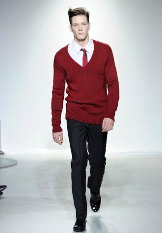 pánský rudý svetr s červenou kravatou Ehud