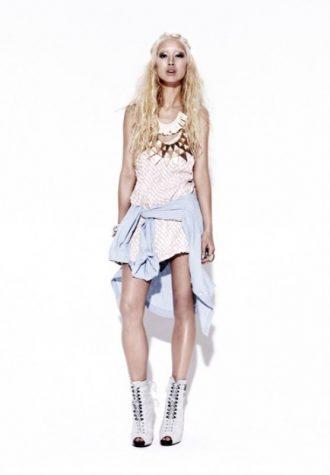 dámské světlé letní šaty a džínová košile Bec & Bridge
