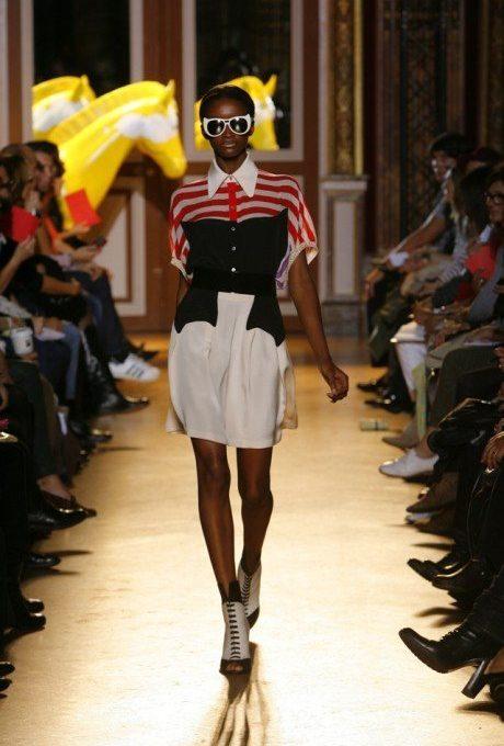 dámská červeno-černá halenka a bílá sukně Tsumori Chisato
