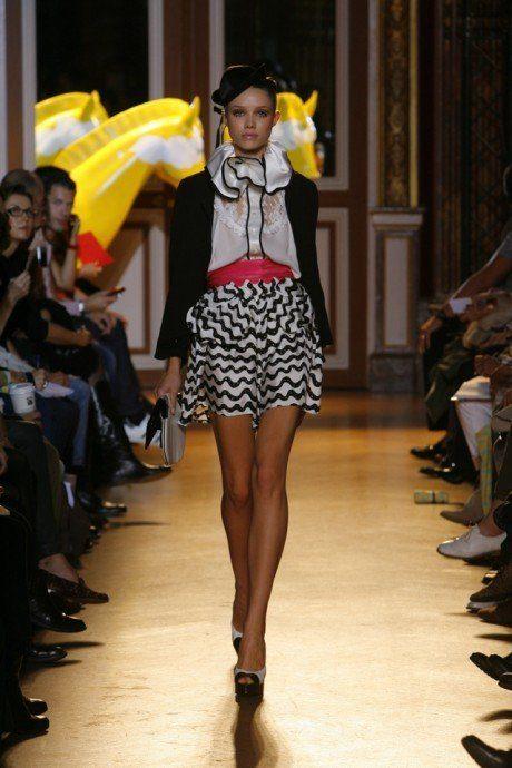 dámské černé sako, bílá halenka a pruhovaná minisukně Tsumori Chisato