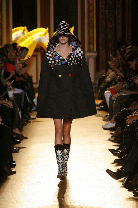 dámský černý pršiplášť a barevné holinky Tsumori Chisato