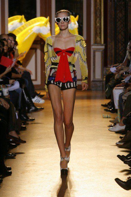 dámský žlutý svetřík, červený top s mašlí a šortky Tsumori Chisato