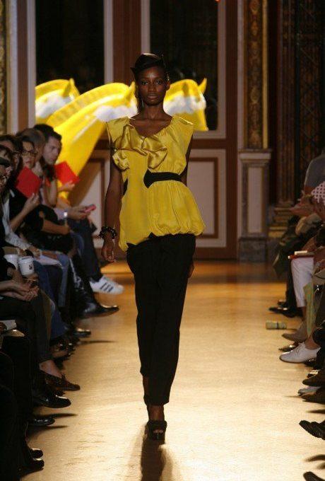 dámský žlutý top s volánky a černé kalhoty Tsumori Chisato