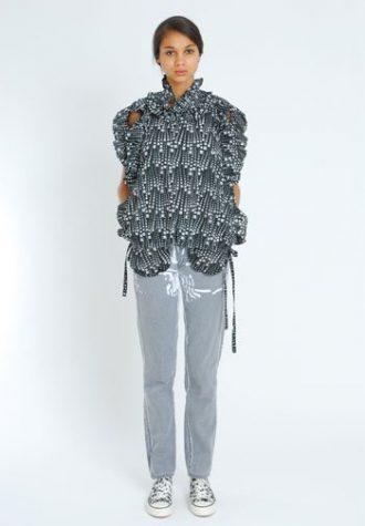 dámská černobílá nabíraná halenka a šedé džíny Eley Kishimoto