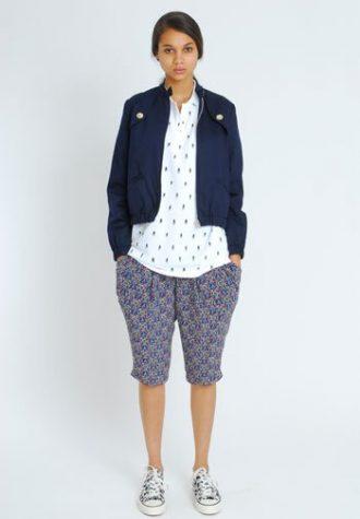 dámská tmavě modrá bunda, bílá košile a modré šortky se vzorem Eley Kishimoto