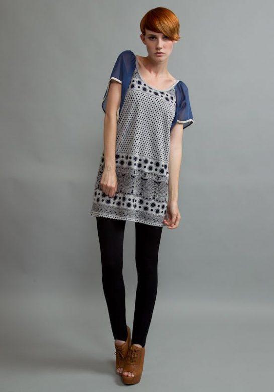dámské krátké černobílé puntíkované šaty s modrými rukávy (£ 25)