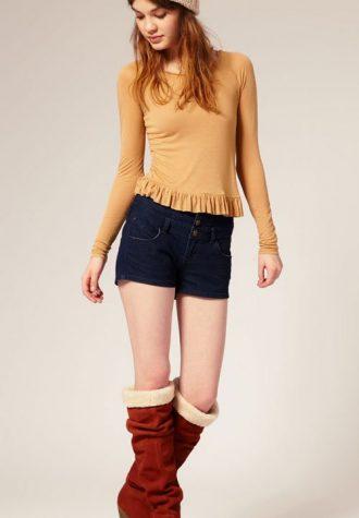 džínové šortky (€ 32.34), béžový top (€22.39) a semišové kozačky ASOS (€ 118.18)