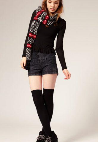 džínové šortky (€ 34.83), černé nadkolenky (€ 4.98) a černé boty na podpadku ASOS (€ 68.42)