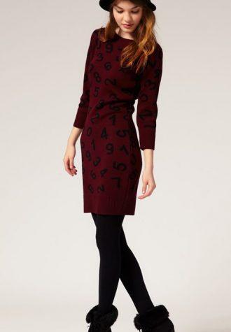 vínové pletené šaty s čísly ASOS (€ 42.30)