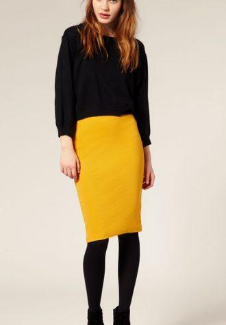 žlutá pouzdrová sukně (€ 24.88), černé semišové boty ASOS (€ 87.08)