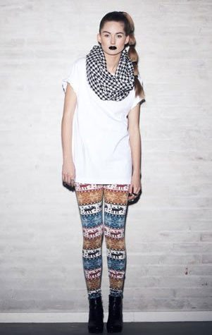 bílý top, šála a barevné leginy Bibi Chemnitz