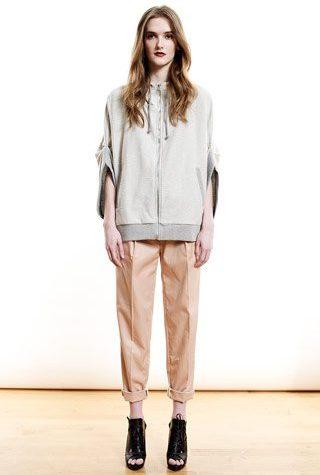 šedá mikina a béžové kalhoty od Shipley & Halmos