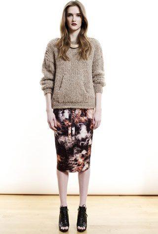 šedý svetr a vzorovaná sukně od Shipley & Halmos