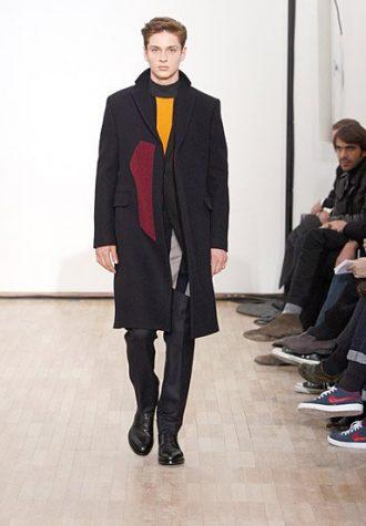 černý pánský kabát a svetr s barevnými akcenty Raf Simons