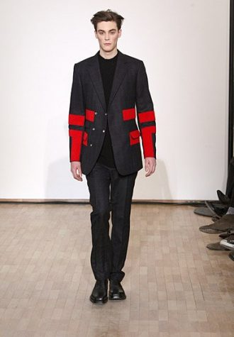 pánský tmavě šedý oblek s červenými detaily Raf Simons