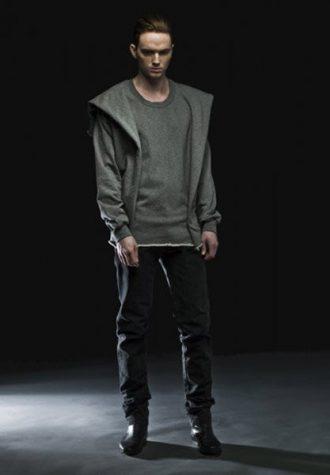 pánská šedá mikina asymetrického střihu a tmavé kalhoty Complex geometries