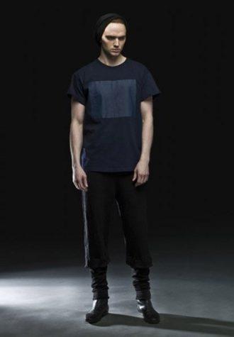pánské modré triko s obdélníkovým potiskem a černé kalhoty zkrácené délky Complex geometries