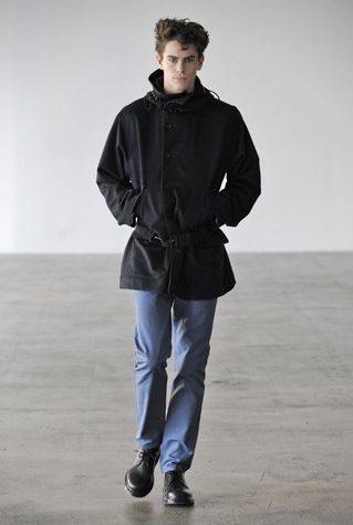 pánská černá bunda a modré kalhoty Patrik Ervell
