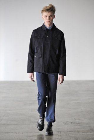 pánská černá bunda a tmavě modré kalhoty Patrik Ervell