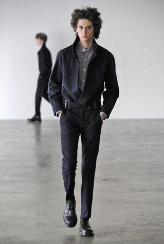 pánská černá bunda, kalhoty a šedá košile Patrik Ervell