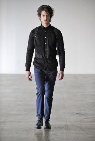 pánská černá košile, baťoh a modré kalhoty Patrik Ervell