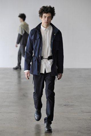 pánská modrý kabátek, bílá košile a černé kalhoty Patrik Ervell