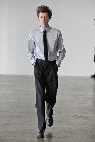 pánská světle šedá košile, černá kravata a kalhoty Patrik Ervell