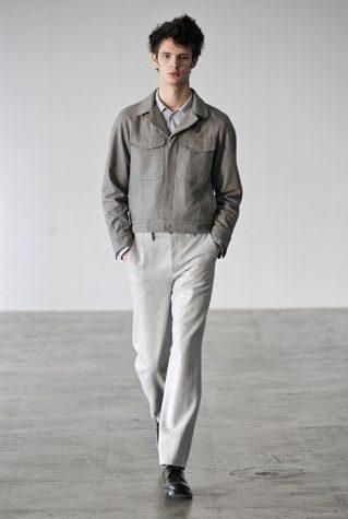 pánská šedá bunda a světle šedé kalhoty Patrik Ervell