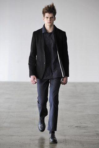 pánské černé sako, tmavě šedá košile a kalhoty Patrik Ervell
