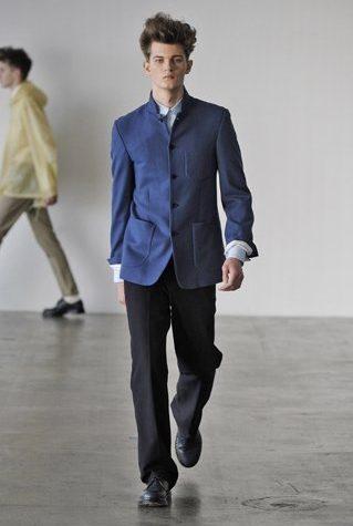 pánské modré sako a černé kalhoty Patrik Ervell