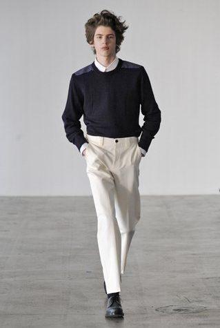 pánský černý svetr a bílé kalhoty Patrik Ervell