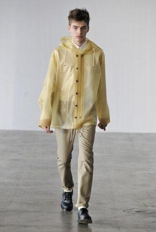 pánský světle žlutý plášť do deště a béžové kalhoty Patrik Ervell