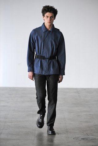 pánský tmavě modrý kabátek s páskem a černé kalhoty Patrik Ervell
