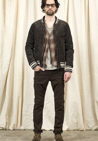 pánská hnědá bunda, kostkovaná košile a hnědé kalhoty Nonnative