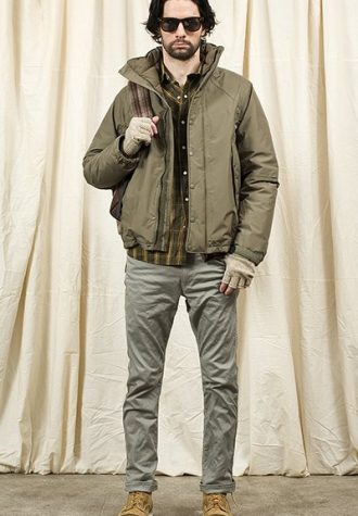 pánská khaki bunda, kostkovaná košile a šedé kalhoty Nonnative