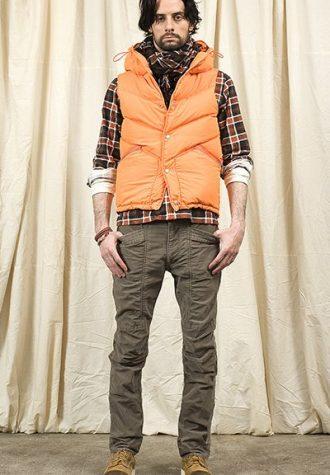 pánská kostkovaná košile, oranžová vesta a hnědé kalhoty Nonnative