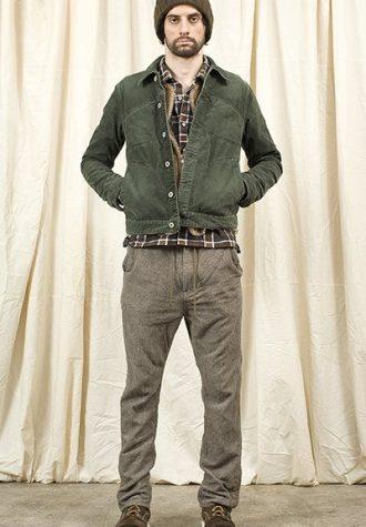 pánská zelená čepice, bunda, kostkovaná košile a hnědé kalhoty Nonnative