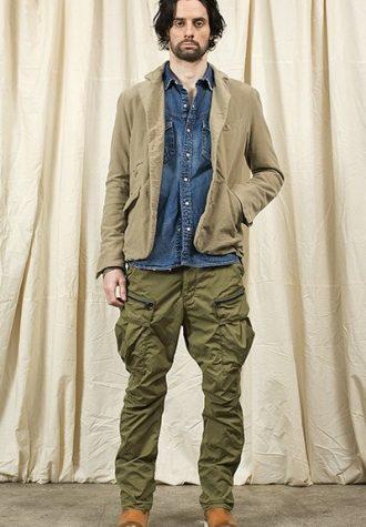 pánské béžové sako, džínová košile a zelené kalhoty Nonnative