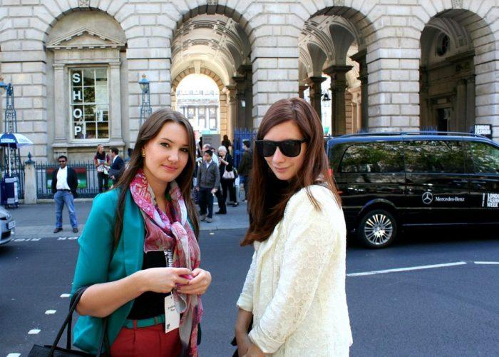 s kamarádkou Evou před budovou Somerset House