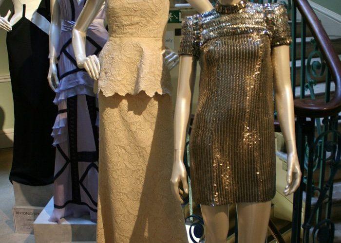 výstava šatů, které navrhl Tom Ford