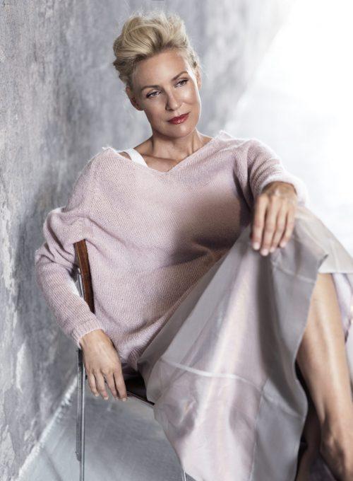 dámský růžový svetr a sukně Timoure et group